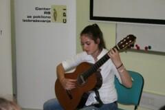 Nastop kitaristke na podelitvi priznanj za najboljše mapeu učnih dosežkov