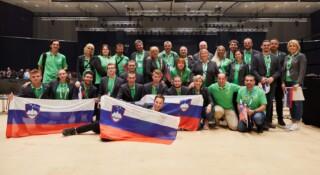 Skupinska fotografija slovenske ekipe tekmovalcev in mentorjev naob koncu tekmovanja EuroSkills 2021